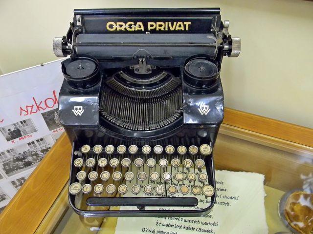 klawisze, dawna maszyna, jak pisano dawniej, muzeum