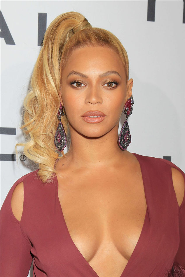 Photos Beyonce wore a plunging neckline