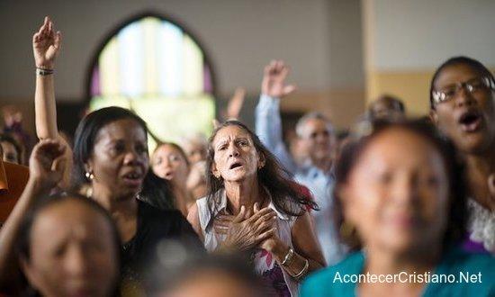Cristianos cubanos alabando a Dios en iglesia
