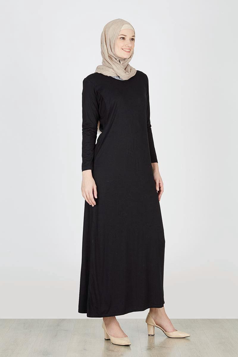 Padu padan maxy dress hitam yang cocok dengan Jilbab Nude
