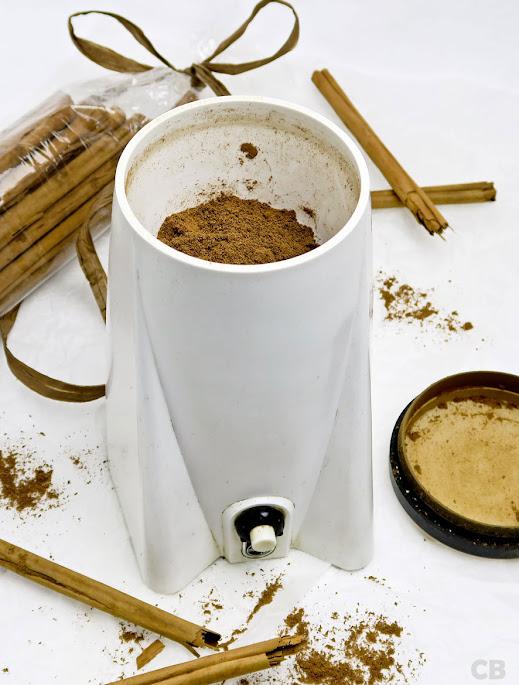 De Ceylonkaneel wordt gemalen in de koffiemolen
