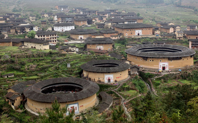 Enclosed houses: the oldest China castles