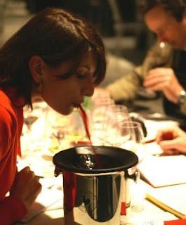 escupir vino escupidera