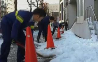 Erupção de vulcão e avalanche simultâneos atingem o Japão