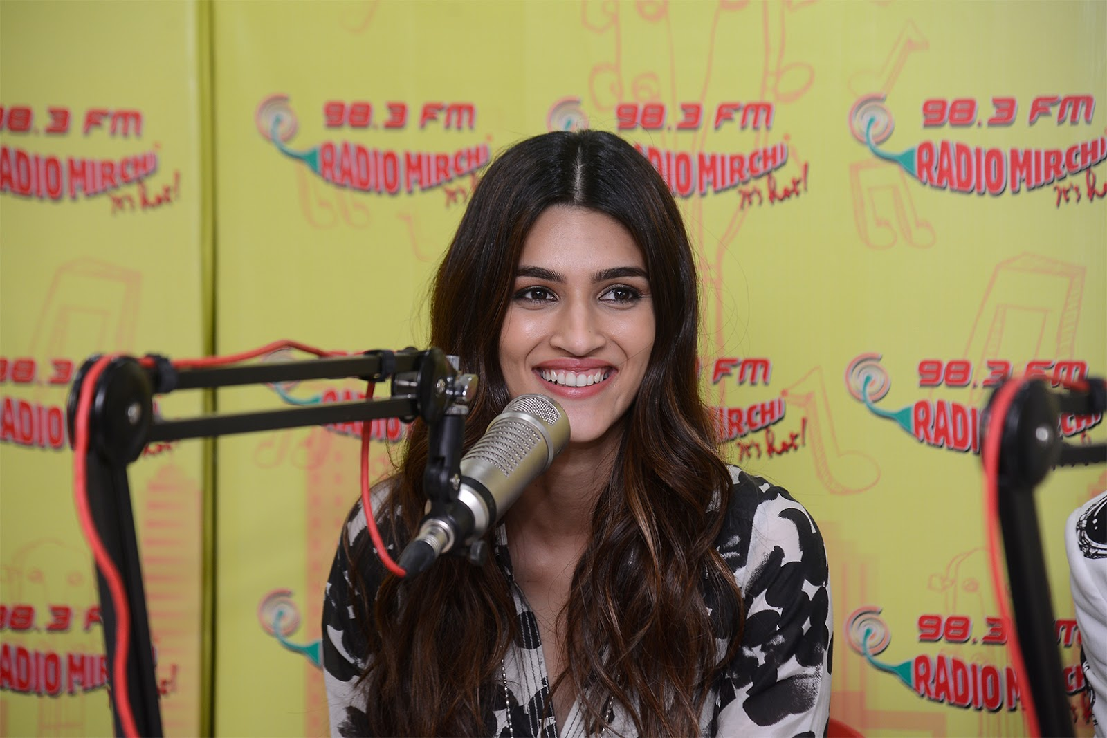 Bareilly Ki Barfi Starcast Kriti Sanon Promoting Movie at Radio Mirchi Studio