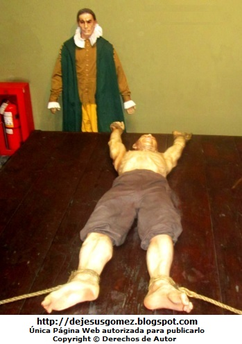 Foto de un hombre al ser torturado en El Potro dentro del Museo del Congreso y de la Inquisición, foto de Jesus Gómez