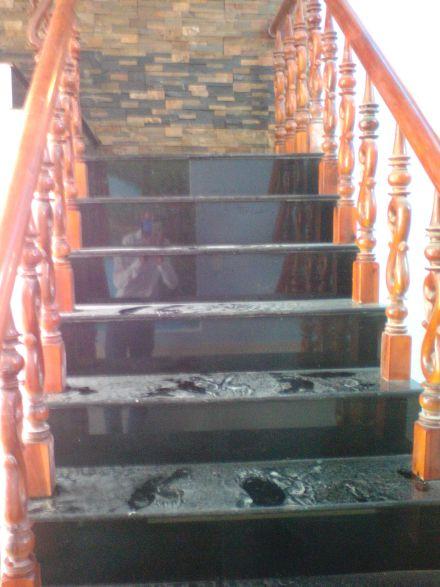 Tay vịn cầu thang được làm bằng gỗ cao cấp