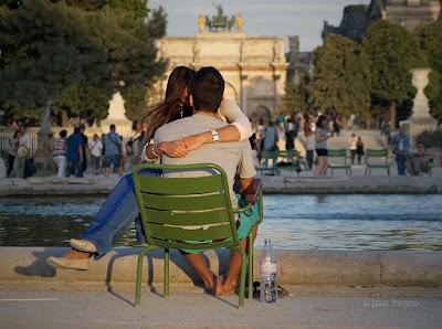 Casal apaixonado no Jardin des Tuileries, Paris © Laura Próspero