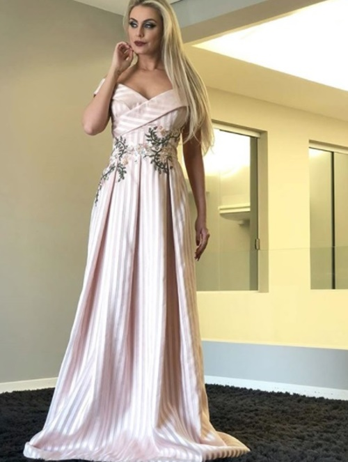 vestido de festa nude com saia ampla bordado