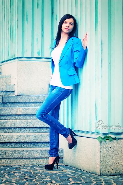 6cd5d4755f7ad Pierwszą próbą stała się stylizacja na co dzień. Biały top, jeansy,  niebieska marynarka oraz klasyczne szpilki. Oto rezultaty sobotniego czasu  wolnego: