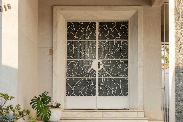 Casa na Rua Inácio Lustosa - detalhe porta com destaque para a grade