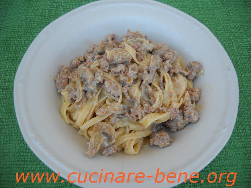 Tagliatelle funghi e salsiccia cucinare bene ricette for Cucinare salsiccia