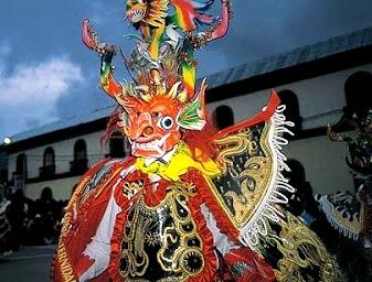 Foto al personaje del Diablo en la Fiesta de la Virgen de la Candelaria