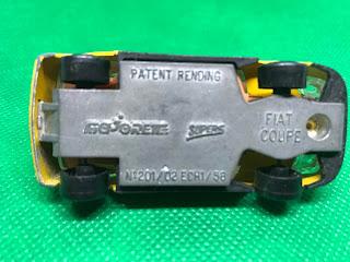 フィアット クーペ のおんぼろミニカーを底面から撮影