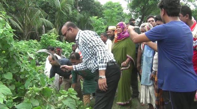 ঝোঁপ-জঙ্গল কাটলেন জেলা প্রশাসক ও পুলিশ সুপার