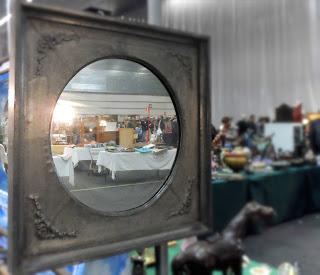 Reflejo de un desembalaje en espejo vintage