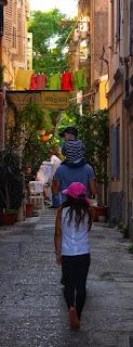 Balade en famille dans les ruelles de Corfou