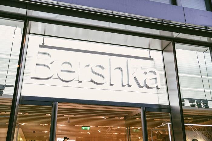 08b8258b De fleste Bershka butikkene selger både dame og herreklær. Om du vil i  Bershka-butikken som har best utvalg til damer, bør du gå i den som ligger  like ved ...