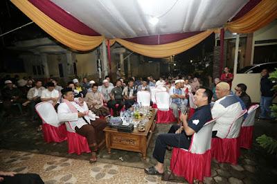 M.Ridho Ficardo Ngopi dan Makan Sate Bareng Pedagang Pasar Bambu Kuning
