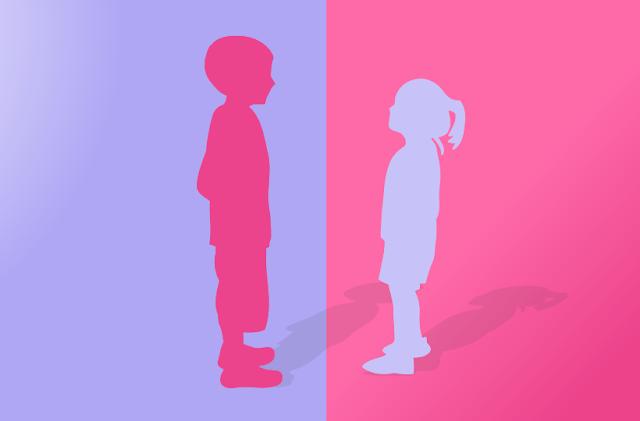 Menino em cor rosa em fundo azul, menina em tom azul em fundo rosa