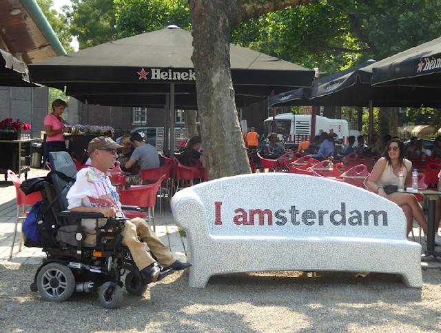Passeio pelas ruas para deficientes físicos em Amsterdã