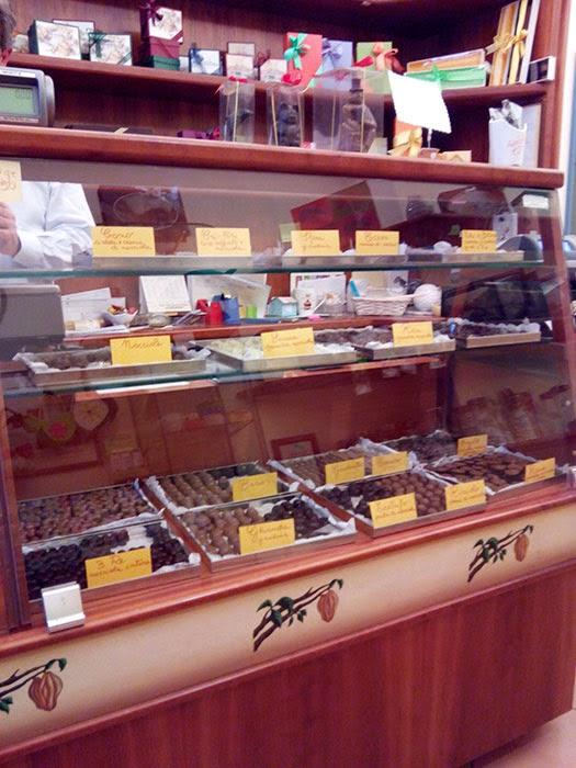 o balcão da chocolateria é uma verdadeira perdição