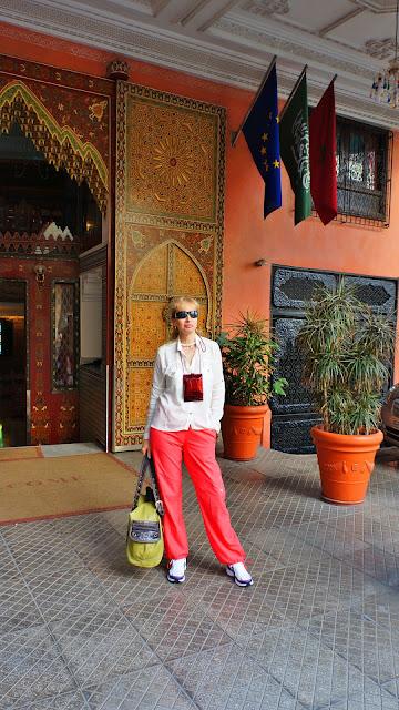 Изображение туристки у входа в отель Moroссan House Hotel