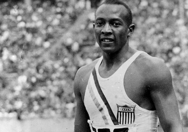 Jesse Owens em foto na Olimpíada organizada por Hitler em Berlim 1936