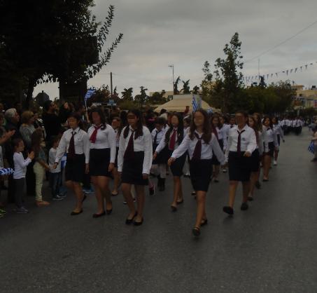 ... για να τιμήσει την επέτειο της 28ης Οκτωβρίου. Τα παιδιά που  συμμετείχαν παρέλασαν με χάρη και έκαναν περήφανους τους γονείς και τους  δασκάλους τους. 8bdc68158b0