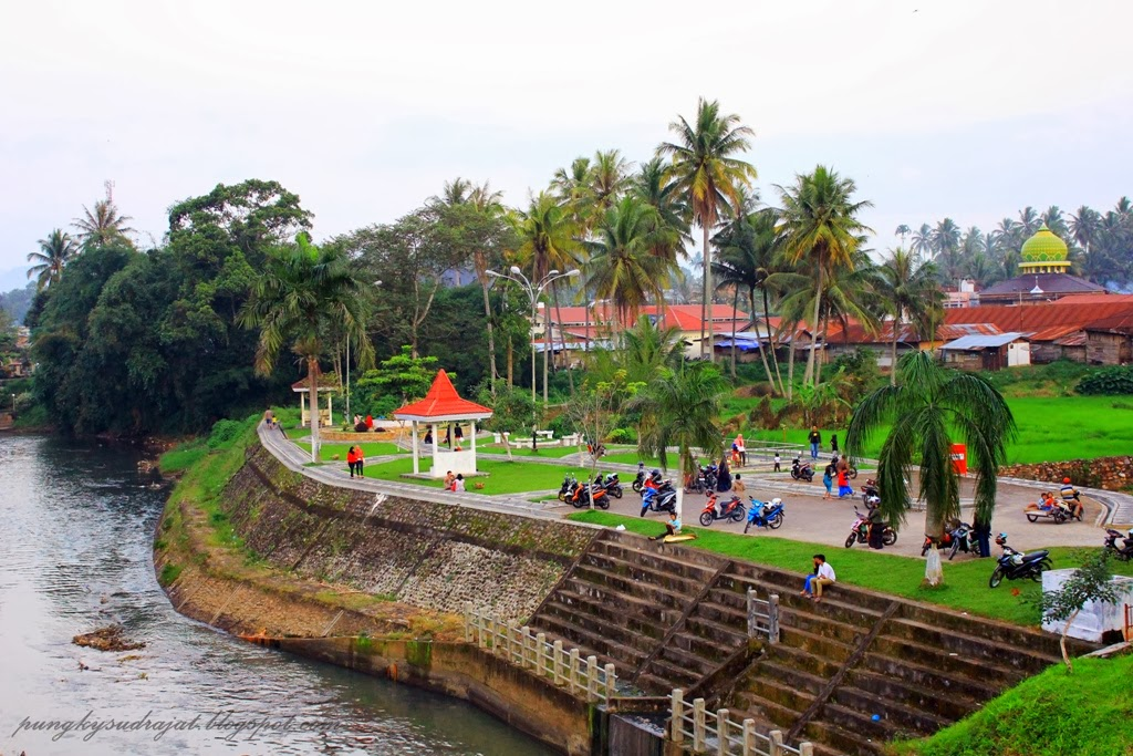 Taman di tepi Sungai Agam