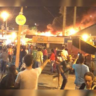 Incêndio no Parque do Povo destroi barracas e deixa feridos; veja vídeos