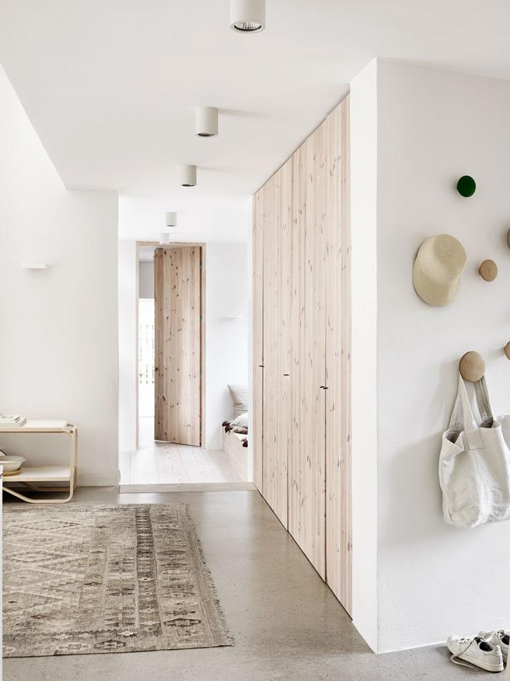 Dal massello ai pannelli, il legno grezzo è tra i top trend 2017 porte in legno massello