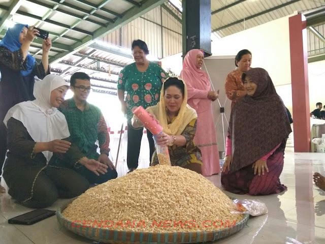 pemilik pabrik tempe dangsul, Viska Syahrul Muharromi, saat menerima kunjungan kerja Titiek Hediati Soeharto