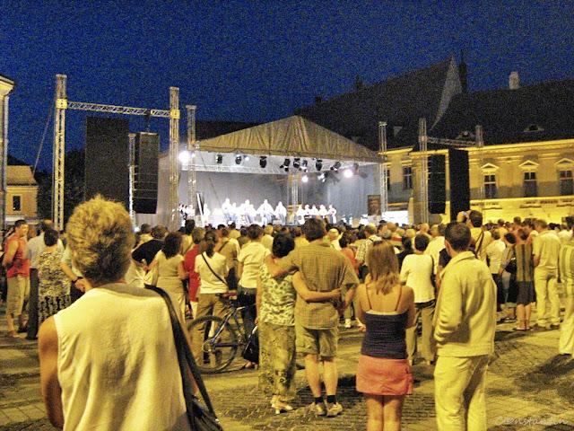 Sibiu - Spectacol de searã pe scena din Piața Mare - blog FOTO-IDEEA