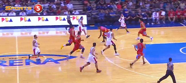 Scottie Thompson Spectacular Pass to Japeth Aguilar for the Slam (VIDEO)