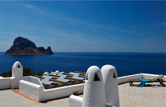 vistas desde la terraza al islote de es vedra chicanddeco