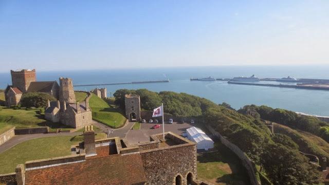 Blick von Dover Castle auf die MS Artania