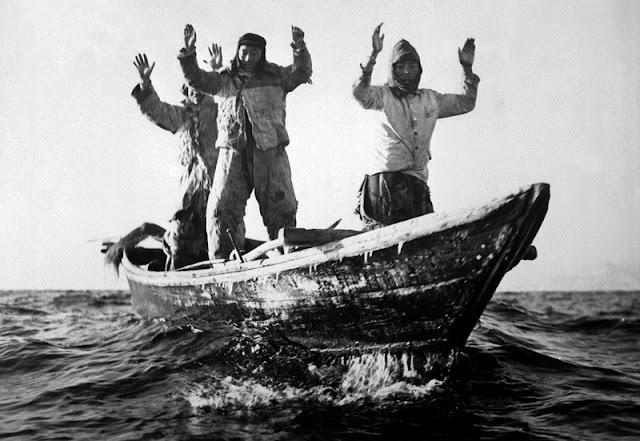 Rendición de tres soldados norcoreanos en un bote