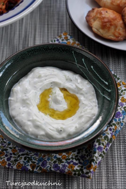 Dip jogurtowy z ogórkiem i feta.