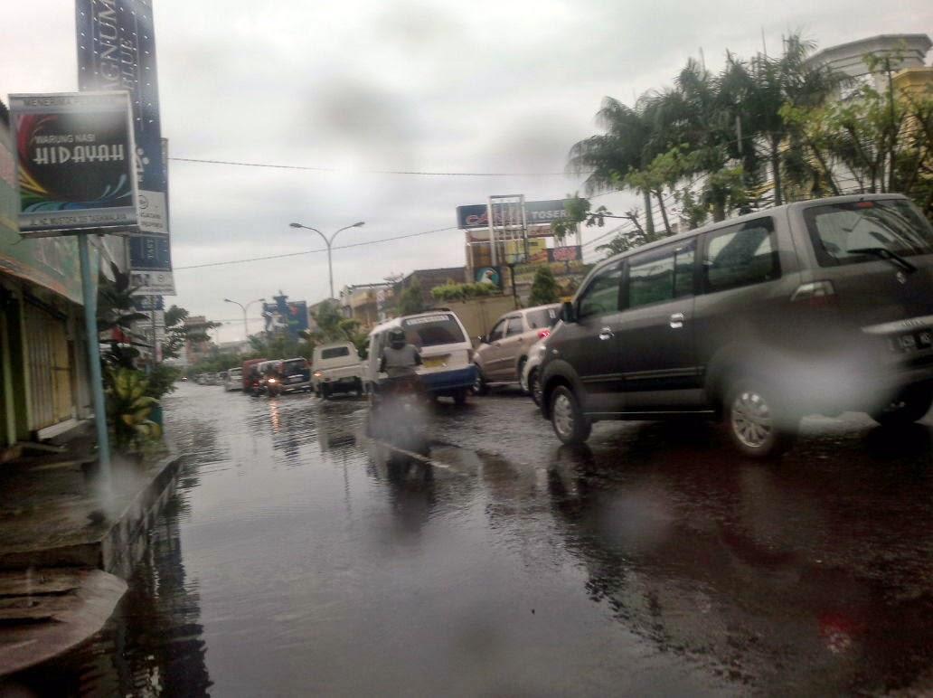 Banyaknya mobil mogok  menyebabkan kemacetan parah.