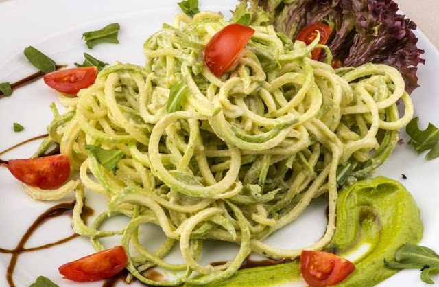 healthy lunches for work,, skinny pizza wrap spiralized zucchini noodles