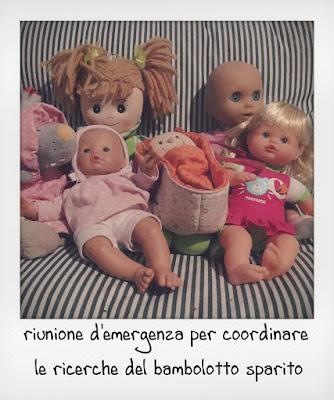 Sei bambole di una bambina di 2 anni sul divano