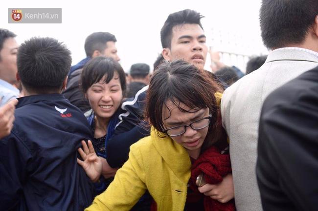 Fan ngất xỉu, kiệt sức vì chen nhau mua vé xem đội tuyển Việt Nam