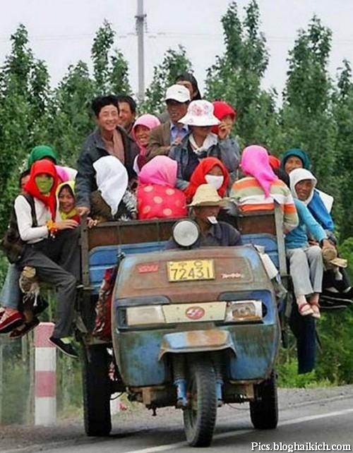 Nhiều người ngồi trên 1 chiếc xe lam