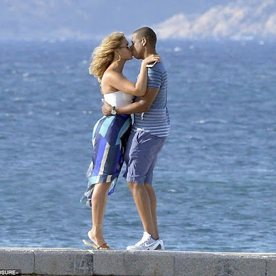 Beyonce and Jay Z share kiss on Italian vacation.