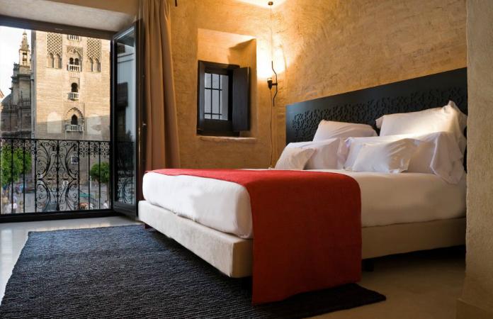 Interior habitación con vistas a la Giralda, hotel Eme Catedral Sevilla.