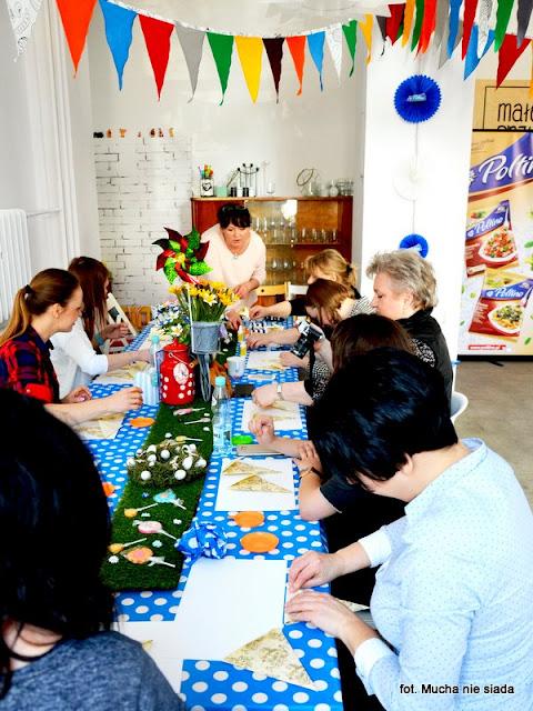 warsztaty poltino, spotkanie blogerow, blogerzy razem, kwiatki z papieru, origami, warsztaty, rekodzielo, prace reczne, kolorowe kwiaty, ozdoby z papieru, papier, wiosna