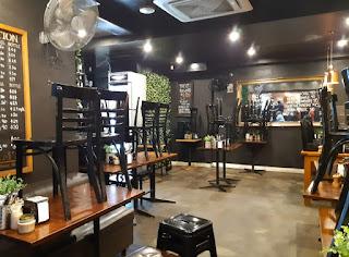 閉店間近、掃除中のとあるカフェ