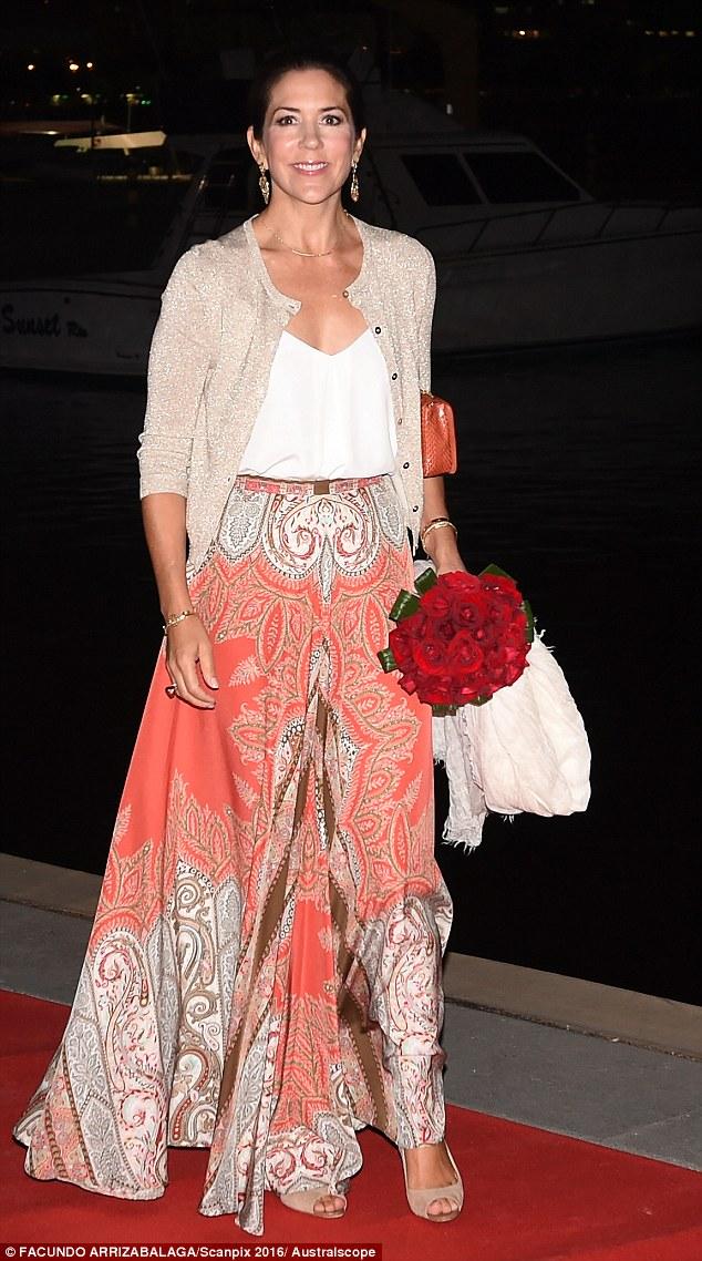 Royals fashion d ner de gala rio for Robes de noce ann taylor
