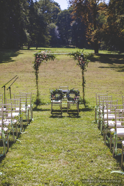 Romantyczny ślub w ogrodzie, dekoracje kwiatowe ślubu w plenerze, Śluby międzynarodowe, Polsko Francuskie wesele, Ślub Cywilny w plenerze, Ślub w stylu francuskim, Romantyczny ślub, Wesele w Pałacu Goetz, Blog o ślubach, Najpiękniejsze śluby w Polsce